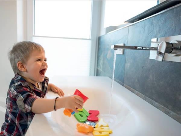 Kind am Waschbecken